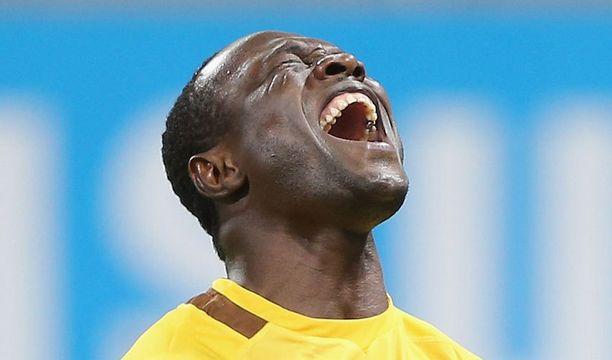 Burkina Fason maalivahti Diakite Daouda riemuitsi torjuttuaan Ghanan rankkarin.