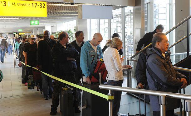 Lentokentillä saa tiistaina varautua jonotukseen.
