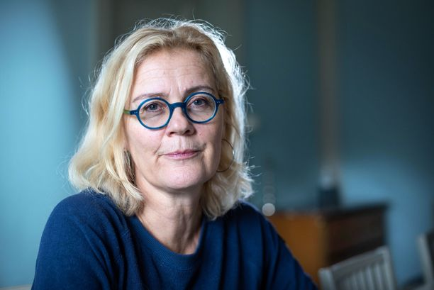 Toimittaja Bettina Sågbom kertoo videolla, miten läheisen menettänyttä voi tukea.