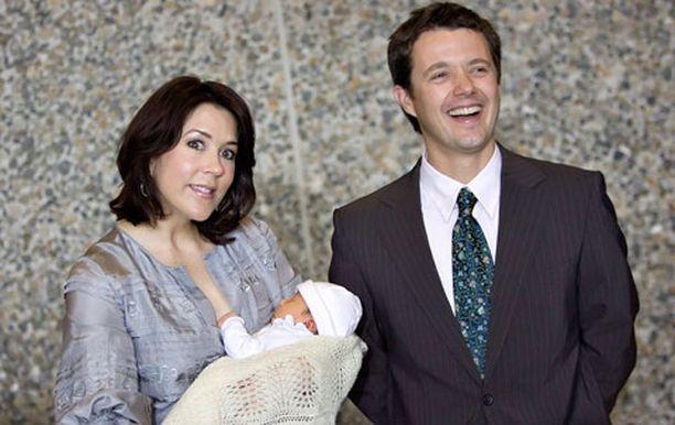 Kruununprinsessa Mary poseerasi vastasyntyneen pikkuprinsessan kanssa. Vieressä kruununprinssi Frederik.