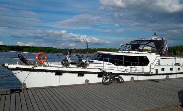Rajavartiolaitos takavarikoi veneen, jolla ihmisiä yritettiin salakuljettaa Suomeen.