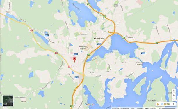 Mies vei ampuma-aseen kouluun torstaina aamupäivällä Jyväskylän Kukkumäellä.