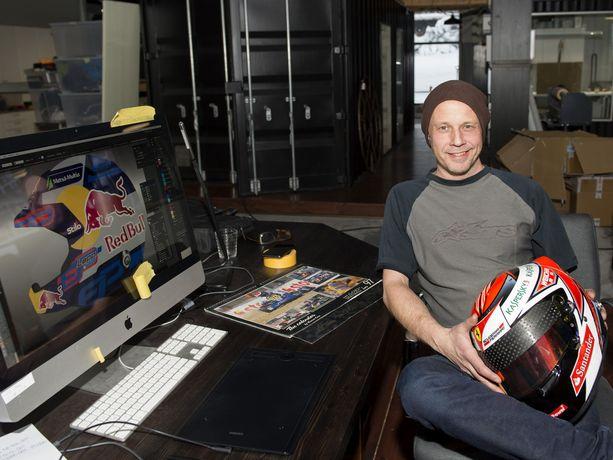 Uffe Tägtström on maalannut Kimi Räikkösen F1-kypärät tämän uran alusta saakka. Tägtströmillä on käsissään Räikkösen Ferrari-kypärä vuodelta 2015, ja tietokoneen ruudulla näkyy Esapekka Lapin rallikypärä.