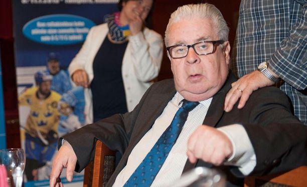 Kalervo Kummola haluaa kieltää nuuskankäytön jääkiekossa kokonaan.