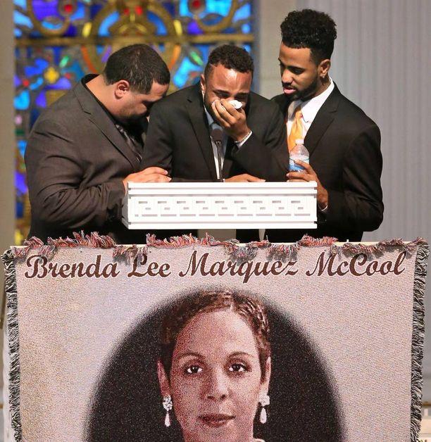 Sankariäidin pojat Michael Marquez (vas.), Isaiah Henderson ja Robert Presley surevat äitinsä traagista menehtymistä tämän hautajaisissa.