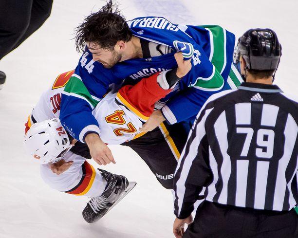 Erik Gudbranson ja Travis Hamonic ottivat yhteen nyrkeillä Vancouver-pakin törkyniitin jälkeen.