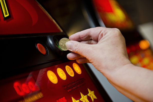 Veikkaus yrittää vähentää rahapeliautomaattien haittoja tunnistautumisella. Jutulla haastatellun Peluurin työntekijä on osa Veikkausta.