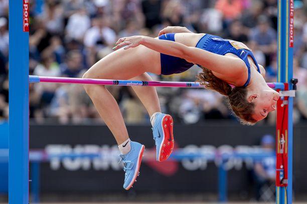 Ella Junnila ylitti Turussa tiistaina SE-korkeuden 194 senttiä.