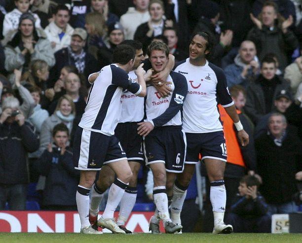 Tottenhamin Teemu Tainio (keskellä) on juuri tehnyt ensimmäisen maalinsa Valioliigassa.