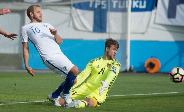 Teemu Pukki (vas.) yritti muistella, koska Suomi on viimeksi voittanut.