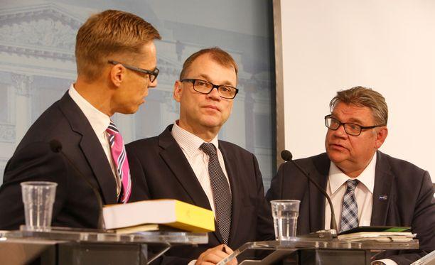 Hallitus julkisti perjantaina pitkän listan toimenpiteistä, joiden toteutusmahdollisuuksia se selvityttää vastatakseen kasvaneeseen turvapaikanhakijaongelmaan.
