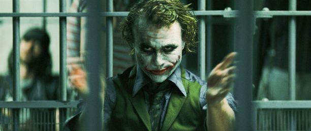 Tästä hänet muistetaan kenties parhaiten: Karmiva tulkinta Jokerista toi Heath Ledgerille postuumin Oscar-palkinnon.