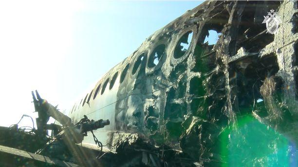 Aeroflotin kone syttyi tuleen sunnuntai-iltana hätälaskun yhteydessä. Koneen takaosa paloi lähes kokonaan ja siellä istuneet matkustajat menehtyivät.
