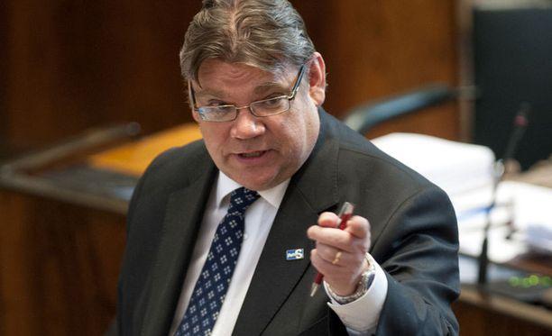 Soini kritisoi kovin sanoin hallituspuolueiden vaihtelevaa linjaa vakuusasioissa.