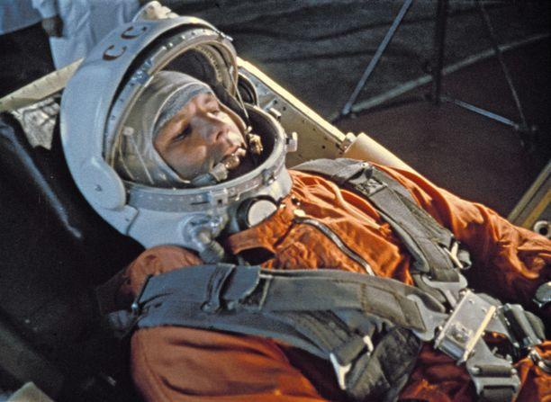 Kosmonautti Juri Gagarin kuvattuna vain minuutteja ennen historiallisen Vostok 1 -avaruuslennon laukaisua.