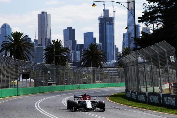 Kimi Räikkönen korkkasi ensimmäisenä kuskina F1-kauden käyntiin.