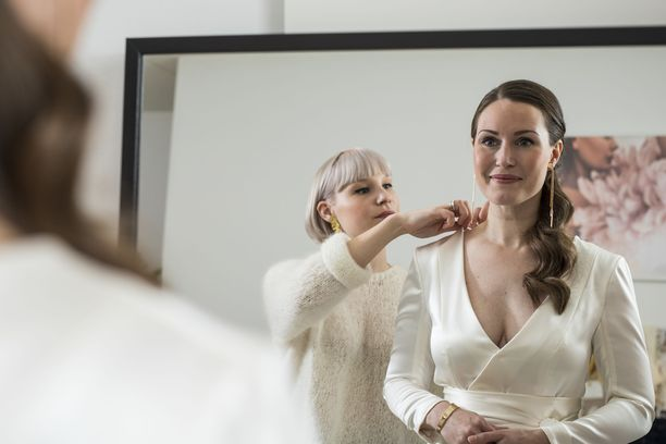 Kansanedustaja Sanna Marin sovittaa Linnan juhlien pukuaan suunnittelija Anni Ruuthin kanssa.