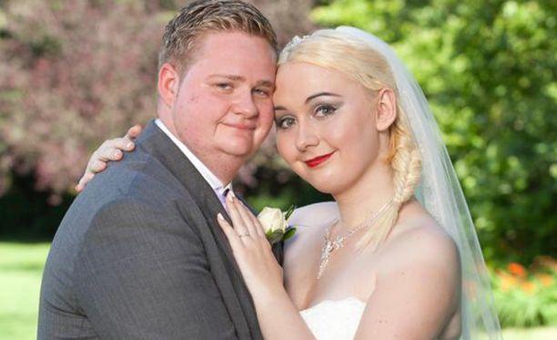 Louis kosi Jamieta puolen vuoden seurustelun jälkeen. Jotkut juhlapaikat kieltäytyivät järjestämästä transparin häitä.
