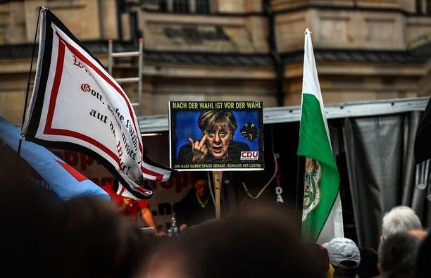 Pegida-liikkeen (Patriotic Europeans against the Islamisation of the Occident) ja AfD:n tukijat osoittivat mieltään Merkelin CDU-puoluetta vastaan maanantaina Dresdenissä.