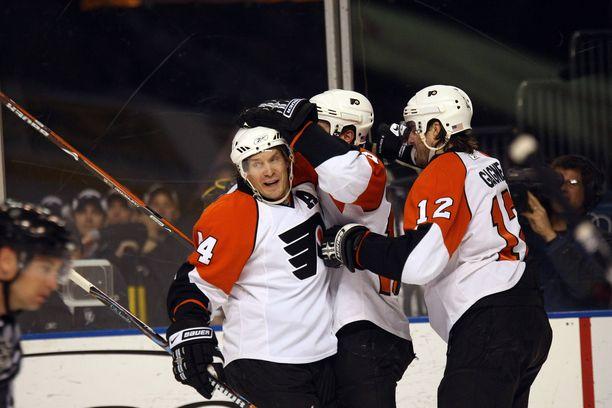 Nashville Predatorsissa NHL-uransa 1998 aloittanut Kimmo Timonen (vas.) edusti Philadelphia Flyersia 2007–2015.