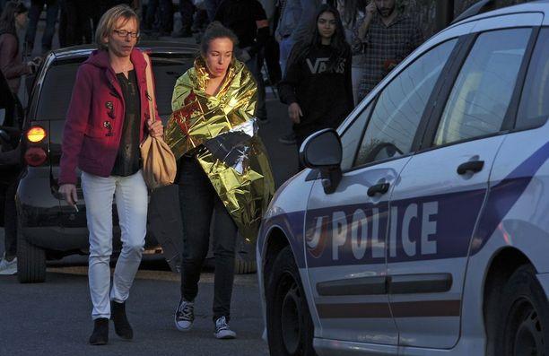 Tyttö saatettiin pois Alexis de Tocquevillen lukiosta. Oppilaat olivat paenneet tai piiloutuneet ampujaa paniikissa.