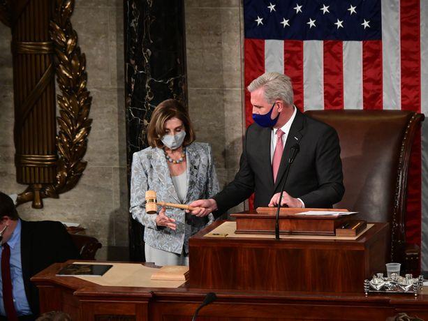 Nancy Pelosi sai puhemiehen nuijan käteensä Kevin McCarthylta.