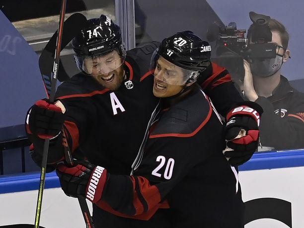 Jaccob Slavin (74) ja Sebastian Aho (20) juhlivat ensimmäistä koronatauon jälkeistä NHL–maalia.