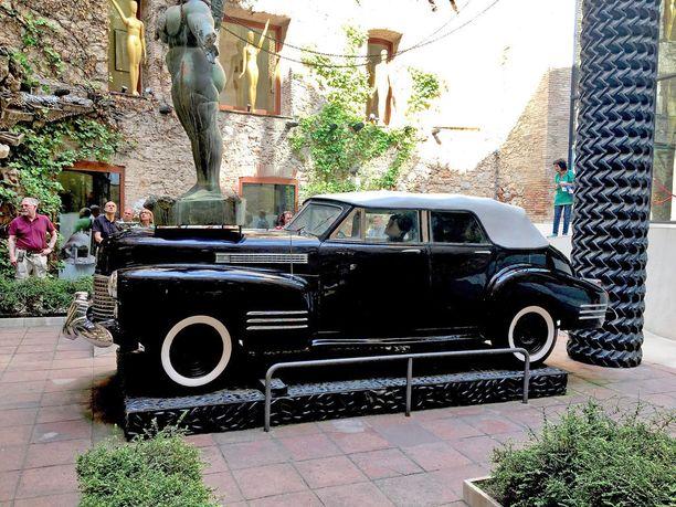 Dalin suuressa pysyvässä näyttelyssä Figuerasin kaupungissa on tämä Rainy Taxin versio, jossa autona on Cadillac Convertible Sedan vm. 1941.