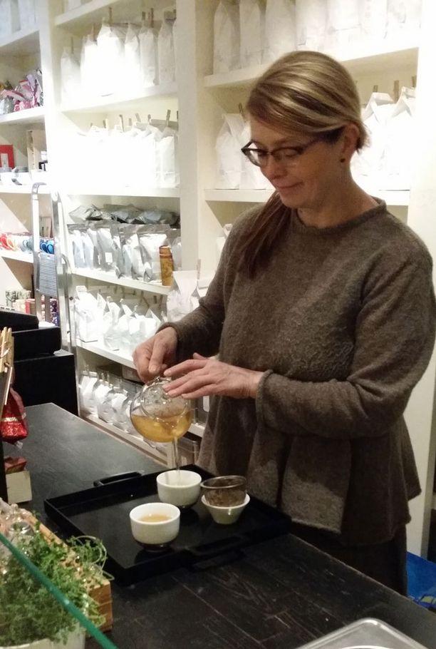 Nina Lindgren muistuttaa, että sopivaa teetä valitessa kuuluu haistella teen aromeja.
