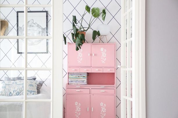 Jos vanha ei sellaisenaan miellytä, tuunaa se uusiksi! Tämä vaaleanpunaiseksi maalattu vanha kaappi toimii valoisan makuuhuoneen väripilkkuna.