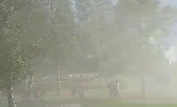 Jaana Hirvosen kuvaamalla videolla näkyy, miten ihmiset poistuvat Nallikarin uimarannalta hiekan pöllytessä. Kuvakaappaus lukijan videolta.