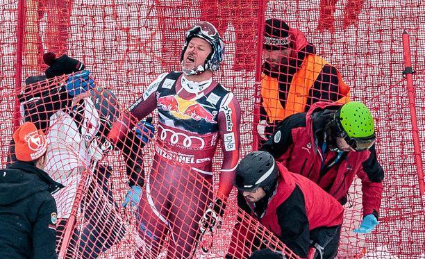 Kaikkien helpotukseksi Aksel Lund Svindal pääsi omin avuin ylös.