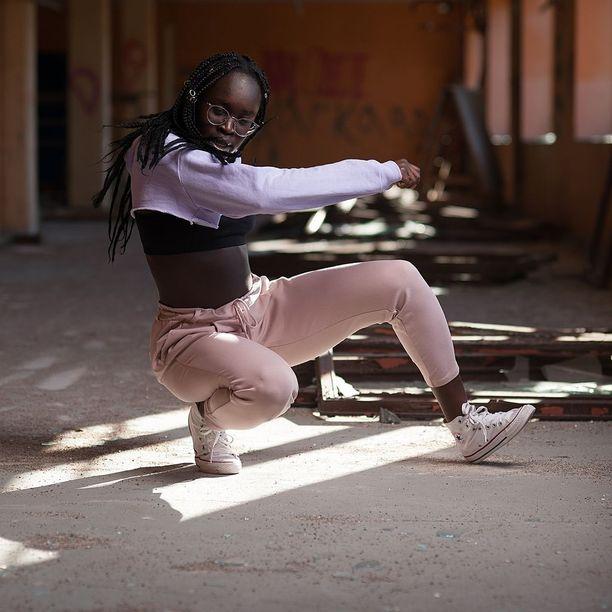Päivätyönsä ohella Ajak Majok harrastaa intohimoisesti tanssia. Hän ohjaa afro-, dancehall- ja hiphop-tanssia.