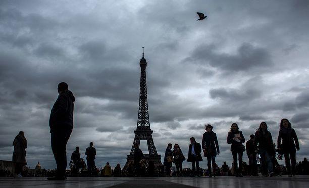 Eiffel-tornin valot sammutettiin solidaarisuuden merkiksi Lontoon iskun jälkeen.