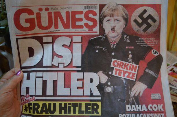 """Lisää polttoainetta Euroopan ja Turkin välisiin palaviin riitoihin kaatoi viikonloppuna turkkilainen sanomalehti Gunes, joka esitti etusivullaan Saksan liittokenslerin Angela Merkelin """"naispuolisena Hitlerinä""""."""