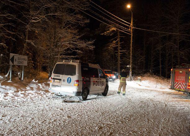 Silminnäkijöiden mukaan Suvisaaristossa oli paikalla huomattava määrä poliiseja. Lisäksi paikalle hälytettiin kymmenkunta pelastuslaitoksen yksikköä.