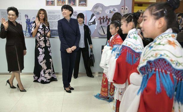 Melania Trumpilla oli Kiinan presidentin puolison Peng Liyuanin emännöimässä tilaisuudessa päällään Daily Mailin arvion mukaan noin 4 800 euron (3 975 puntaa) arvoinen italialaisen luksusmerkin Dolce & Gabbanan räätälöity kiinahenkinen pitkä mekko.
