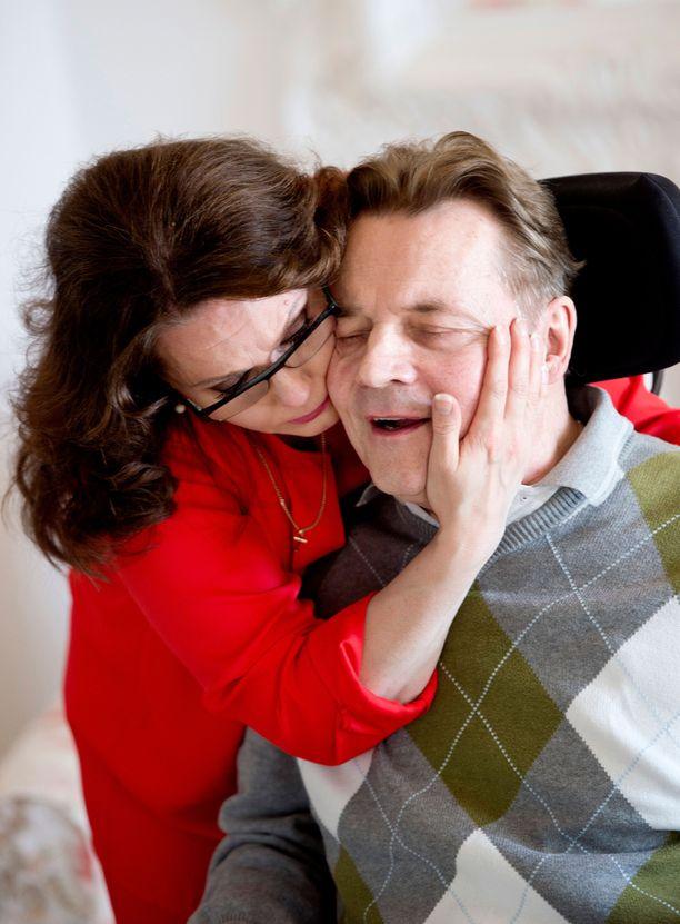 Timo T. A. Mikkonen kuoli viime tammikuussa. Nina-vaimo toimi vuosia miehensä omaishoitajana. Mikkosen terveys luhistui aivoinfaktin jälkiseurauksena.