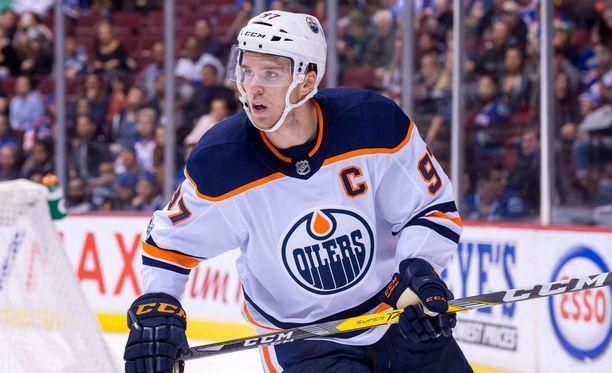 Connor McDavid tehtaili hattutempun viime yön ottelussa Calgary Flamesia vastaan.