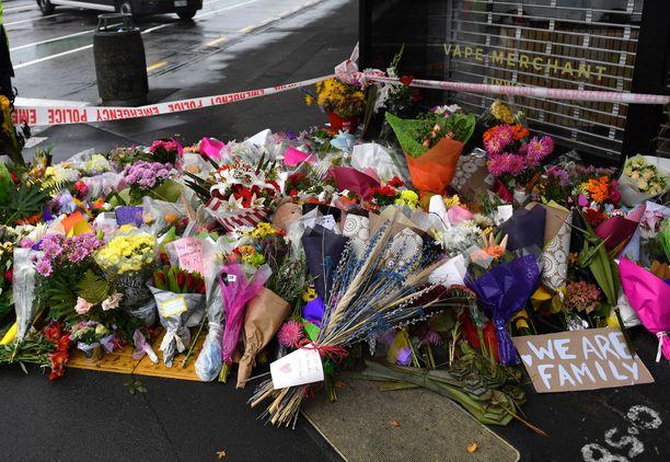 Linwoodin moskeijan ulkopuolelle oli tuotu kukkia joukkoampumisen uhrien muistoksi.