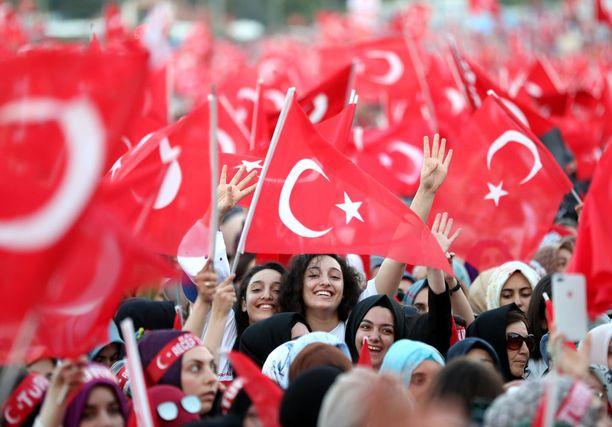 Epäonnistuneen vallankaappausyrityksen kaksivuotismerkkipäivä keräsi paljon ihmisiä kaduille.