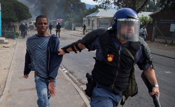Poliisi otti kiinni nuoren miehen, joka osallistui mellakaksi muuttuneeseen mielenosoitukseen Kapkaupungissa. Mielenosoittajat vaativat lisää poliiseja väkivaltaisuuksista kärsivälle Masiphumelelen alueelle.