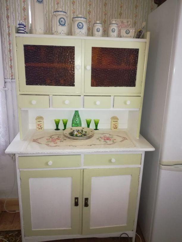 Tiina Harms on kunnostanut itse osan mökillä olevista huonekaluista.