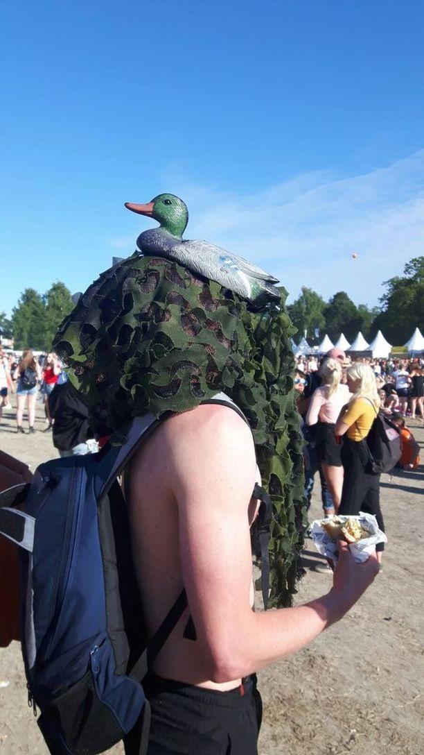 Timmi Tuutti juhli Ruisrockissa sorsasnorkkeli päässään.