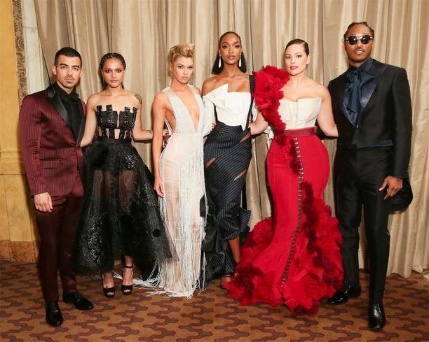 Ashley Grahamin lisäksi H&M suunnitteli räätälöidyt tyylit myös Joe Jonasille, Sasha Lanelle, Stella Maxwellille, Nicki Minajille (ei kuvassa), Jourdan Dunnille ja Futurelle.
