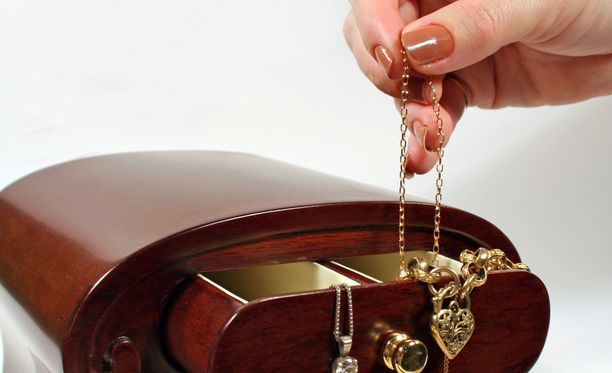 Kultakoruja tuodaan panttilainaamoihin eniten. Kuvituskuva.