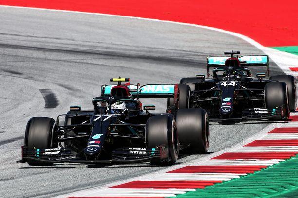 Valtteri Bottas joutui puolustautumaan tallikaverinsa Lewis Hamiltonin hyökkäykseltä.