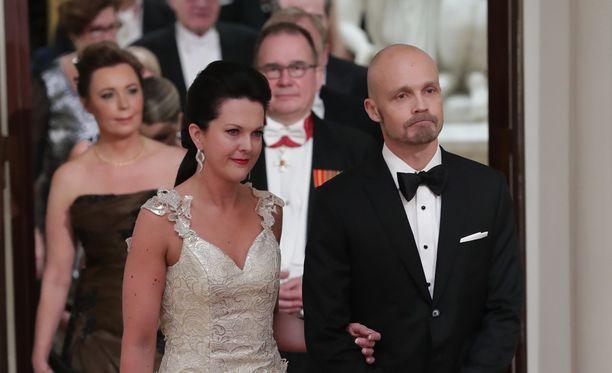 Juha Tapio ja Raija juhlivat itsenäisyyttä presidentin vastaanotolla.