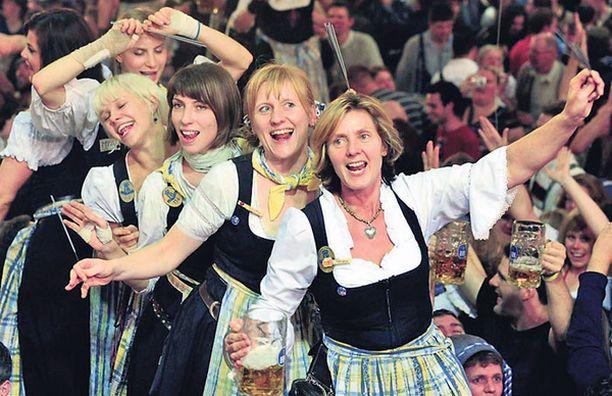 JUOKAA POJAT! Näin riehakkaasti kannustivat tarjoilijat asiakkaita pistämään hiivaa haitariin Münchenin Oktoberfestin päättyessä. Ei ihme, että moni mies poistui sieltä kyynelsilmin, koska kyllä tällainen meno aina kotiolot voittaa.