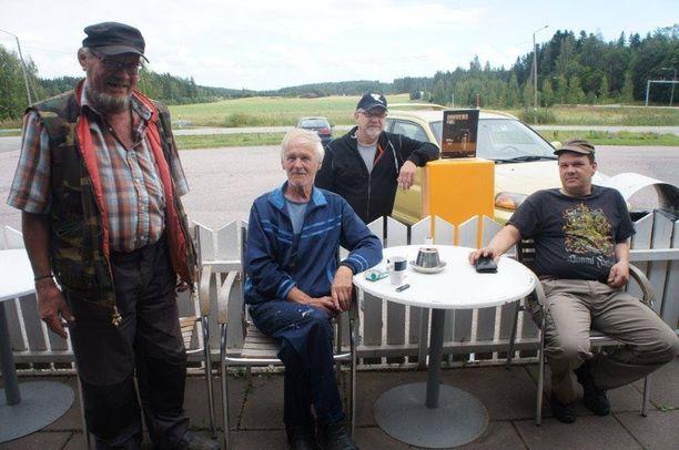 Kalle Grönholm (vasemmalla) jutteli muiden paikallisten miesten kanssa Koskenkylän kahviossa Rikebyssä tapahtuneesta murhasta.